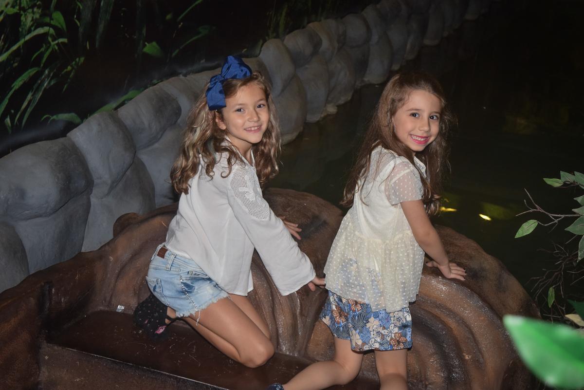 as aniguinhas se divertem nos brinquedos noBuffet Cumbaya, Tatuapé, São Paulo, aniversário de Gabriela 3 anos tema da festa fadas