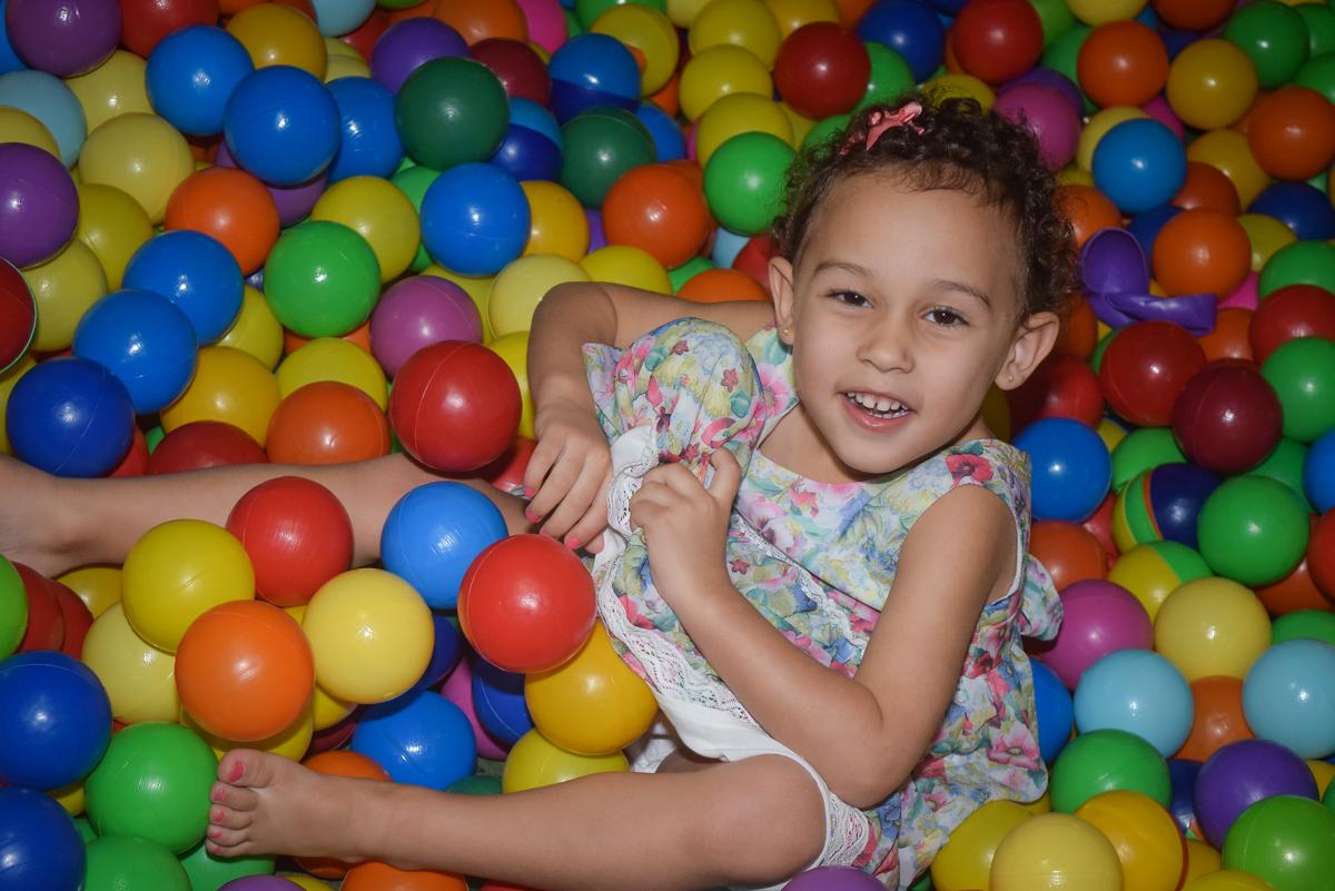 sorrindo de alegria no Buffet Cumbaya, Tatuapé, São Paulo, aniversário de Gabriela 3 anos tema da festa fadas