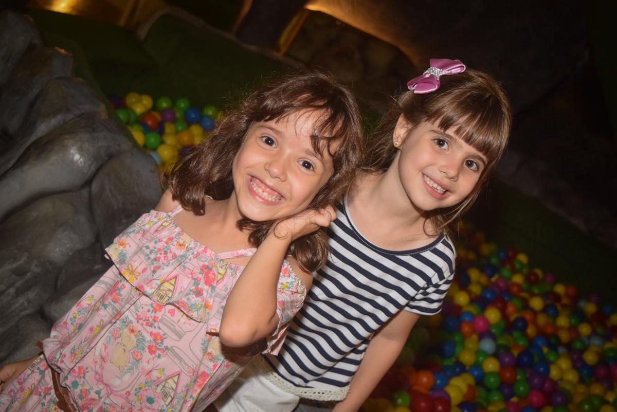 sorrindo para a foto no Buffet Cumbaya, Tatuapé, São Paulo, aniversário de Gabriela 3 anos tema da festa fadas