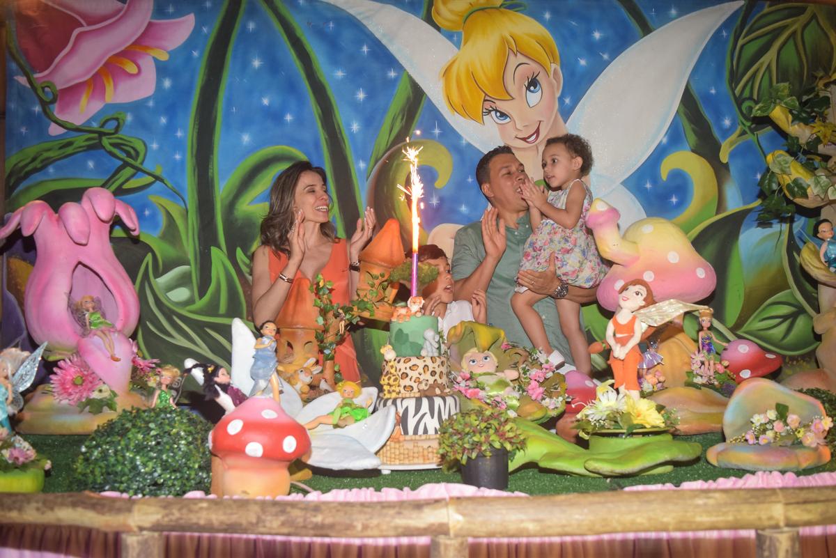 hora do parabéns no Buffet Cumbaya, Tatuapé, São Paulo, aniversário de Gabriela 3 anos tema da festa fadas