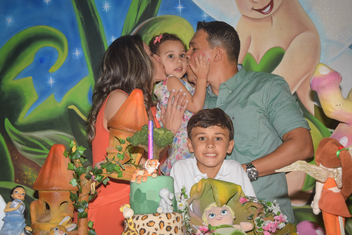 beijinho de saudação no Buffet Cumbaya, Tatuapé, São Paulo, aniversário de Gabriela 3 anos tema da festa fadas