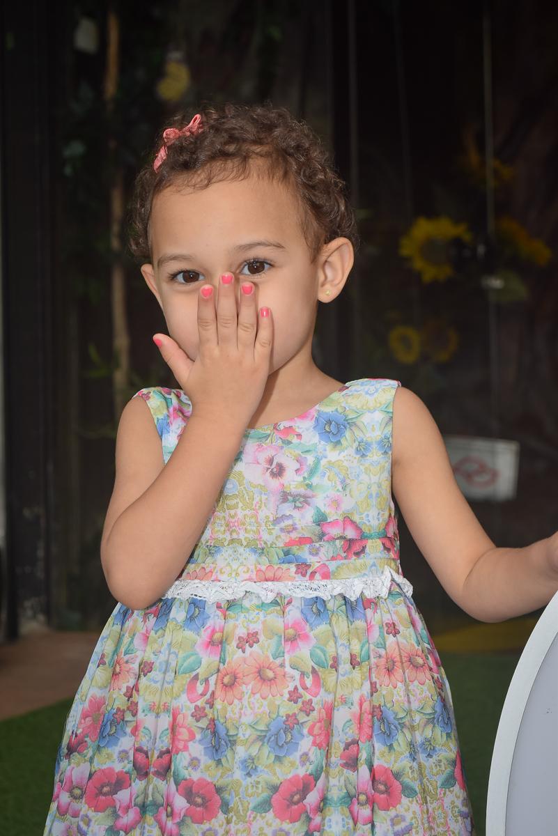 aniversariante sorri para as fotos no Buffet Cumbaya, Tatuapé, São Paulo, aniversário de Gabriela 3 anos tema da festa fadas