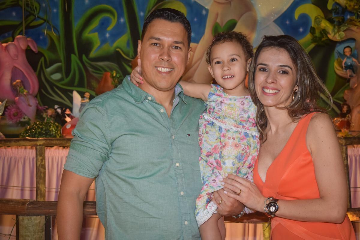 fotografia com os pais no Buffet Cumbaya, Tatuapé, São Paulo, aniversário de Gabriela 3 anos tema da festa fadas