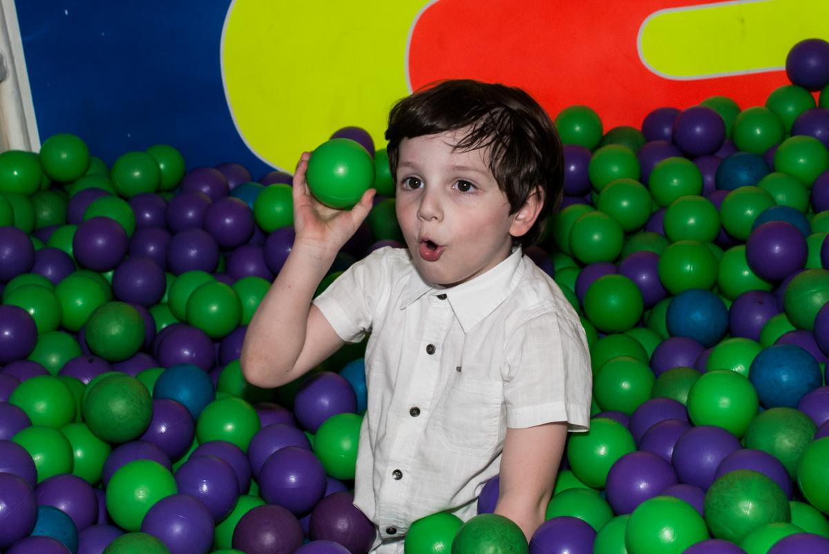 brincando na piscina de bolinha no Buffet Fábrica da Alegria Morumbi, São Paulo, aniversário de Isabela 4 anos, tema da festa Patrulha Canina