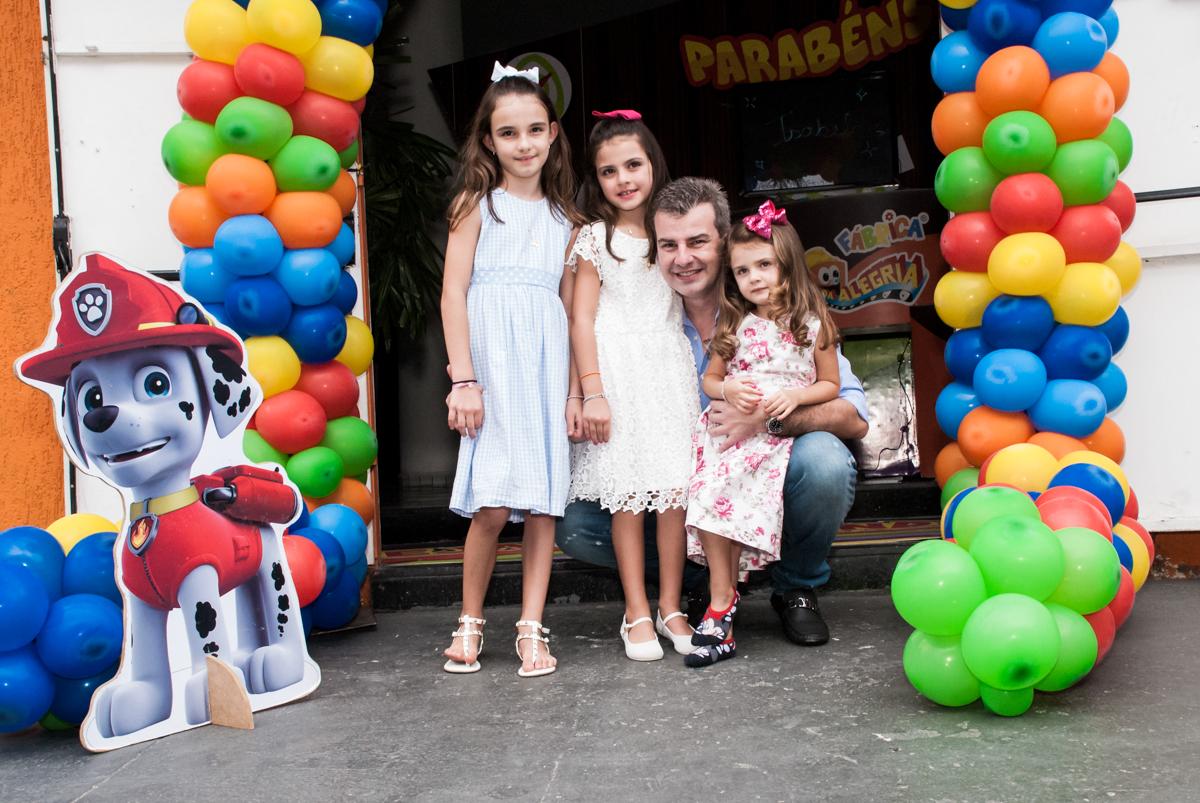 fotografia da família no arco de bexigas no Buffet Fábrica da Alegria Morumbi, São Paulo, aniversário de Isabela 4 anos, tema da festa Patrulha Canina