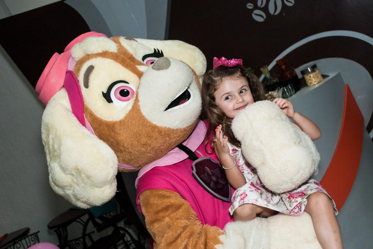 feliz com o amigo no Buffet Fábrica da Alegria Morumbi, São Paulo, aniversário de Isabela 4 anos, tema da festa Patrulha Canina