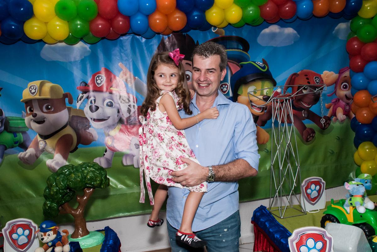 posando para a foto no Buffet Fábrica da Alegria Morumbi, São Paulo, aniversário de Isabela 4 anos, tema da festa Patrulha Canina