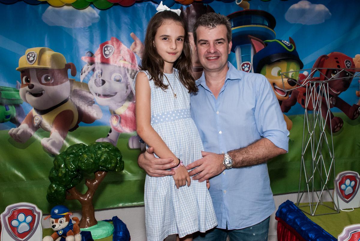 pai com a irmã da aniversariante no Buffet Fábrica da Alegria Morumbi, São Paulo, aniversário de Isabela 4 anos, tema da festa Patrulha Canina