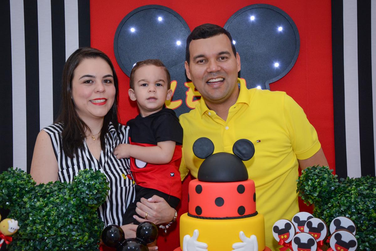 fotografia da família na mesa decorada no Buffet Espaço Play, Osasco, São Paulo, aniversário Levi 2 anos, tema da festa Mickey