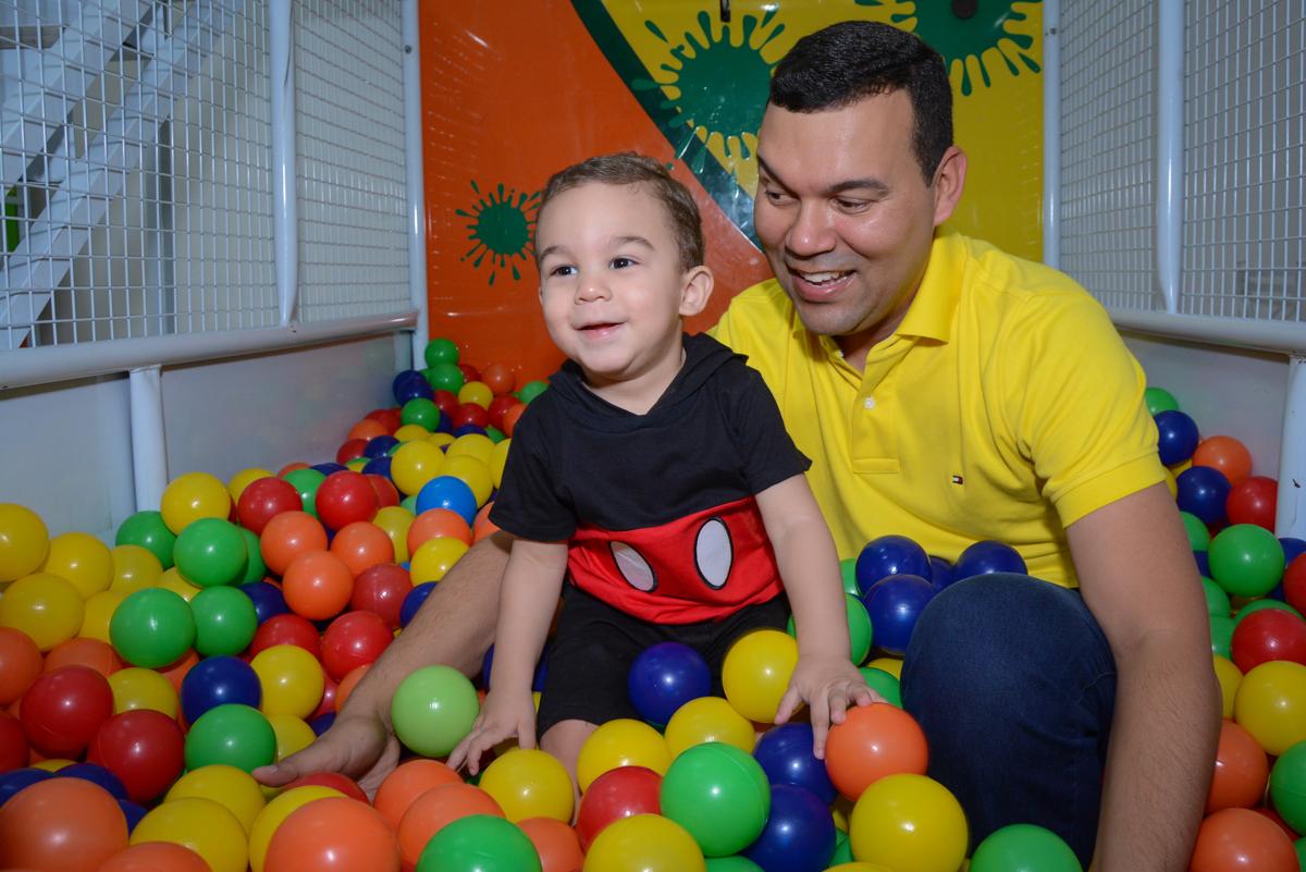 brincadeira divertida nas bolinhas coloridas no Buffet Espaço Play, Osasco, São Paulo, aniversário Levi 2 anos, tema da festa Mickey