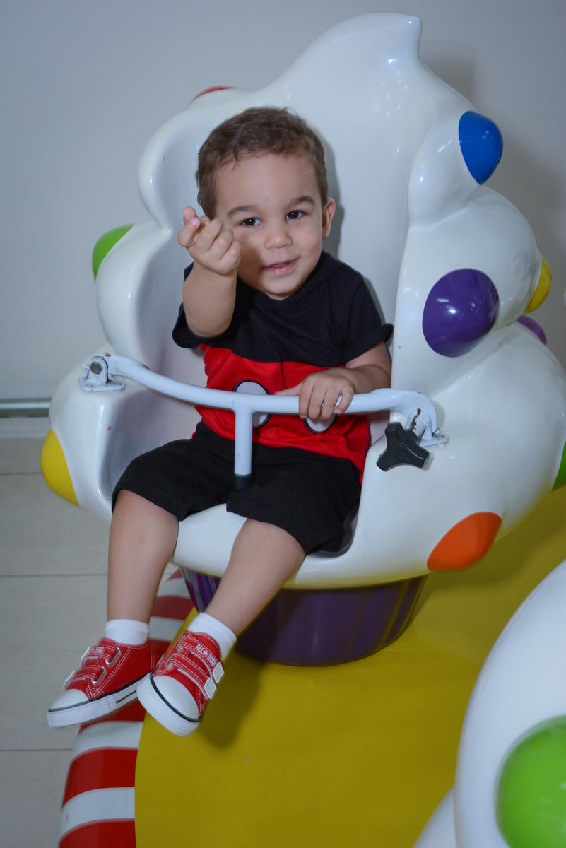 o aniversariante se diverte no Buffet Espaço Play, Osasco, São Paulo, aniversário Levi 2 anos, tema da festa Mickey