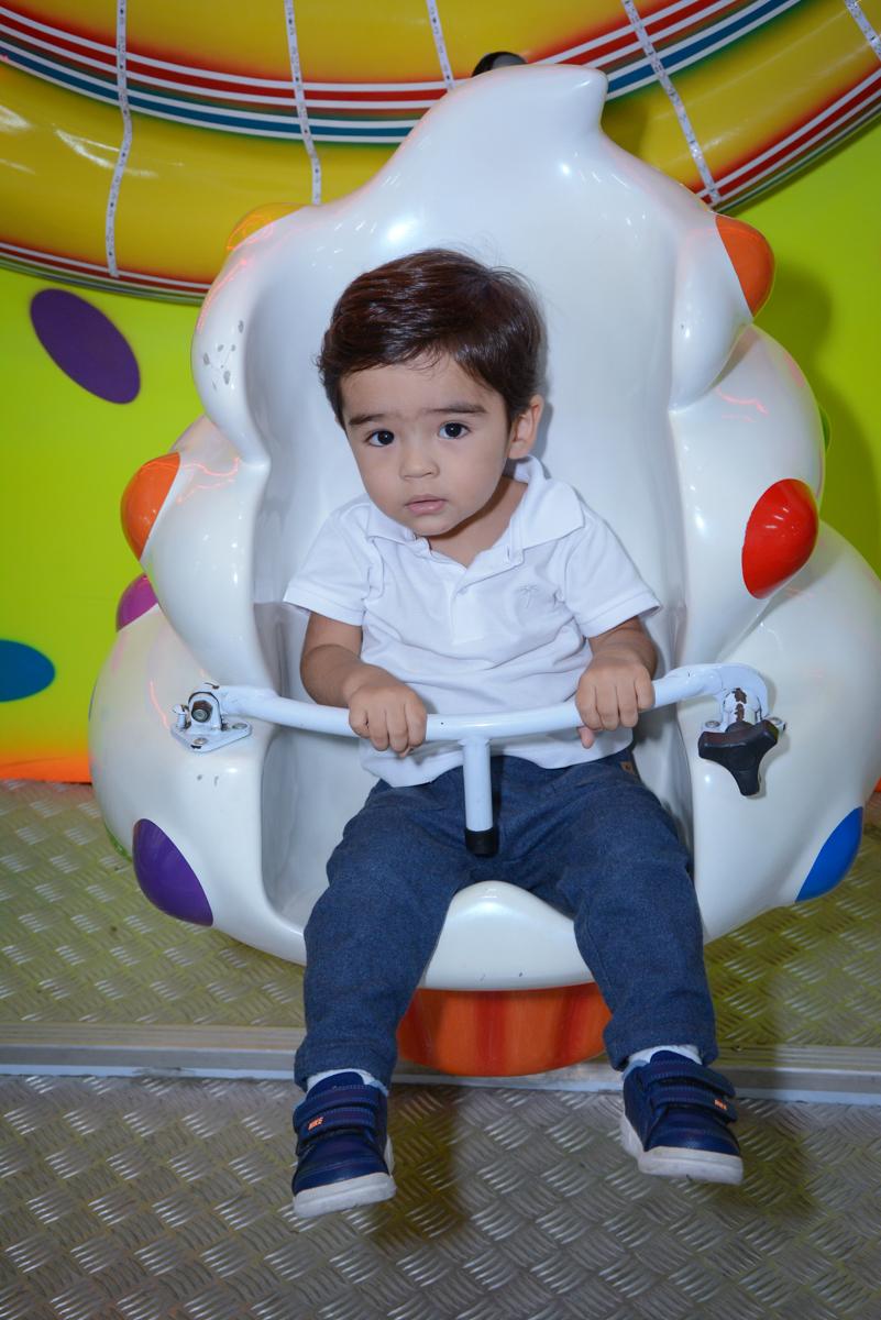tem mais crianças brincando no carrossel no Buffet Espaço Play, Osasco, São Paulo, aniversário Levi 2 anos, tema da festa Mickey