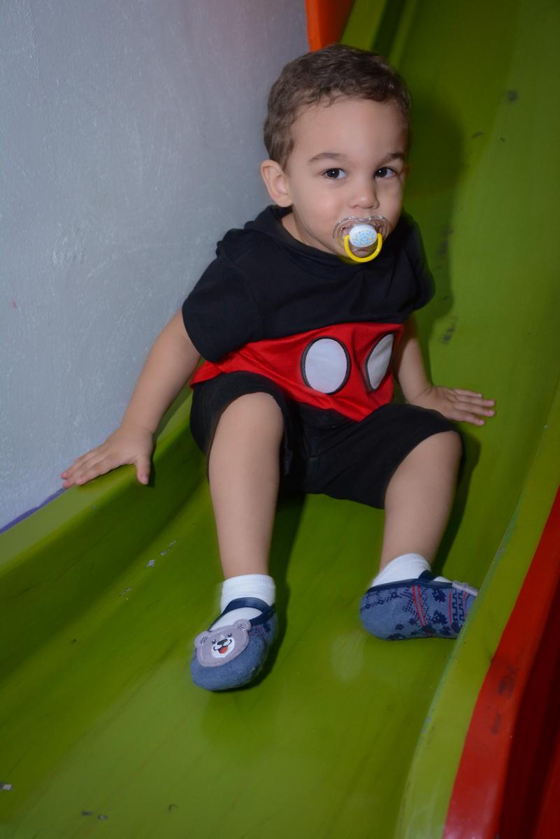 curtição no escorregador no Buffet Espaço Play, Osasco, São Paulo, aniversário Levi 2 anos, tema da festa Mickey