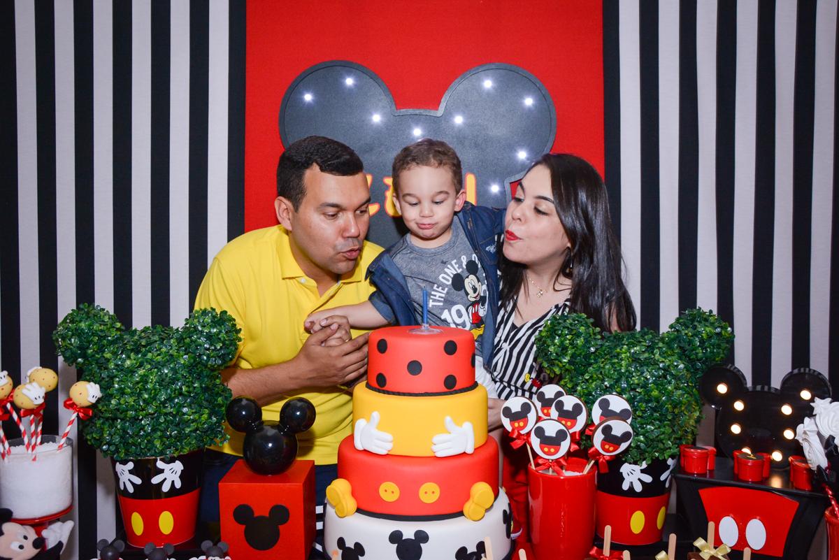 soprando a vela do bolo no Buffet Espaço Play, Osasco, São Paulo, aniversário Levi 2 anos, tema da festa Mickey