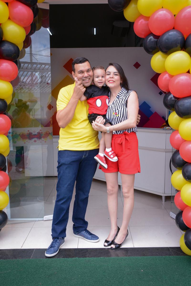 fotografia no arco de bexigas no Buffet Espaço Play, Osasco, São Paulo, aniversário Levi 2 anos, tema da festa Mickey