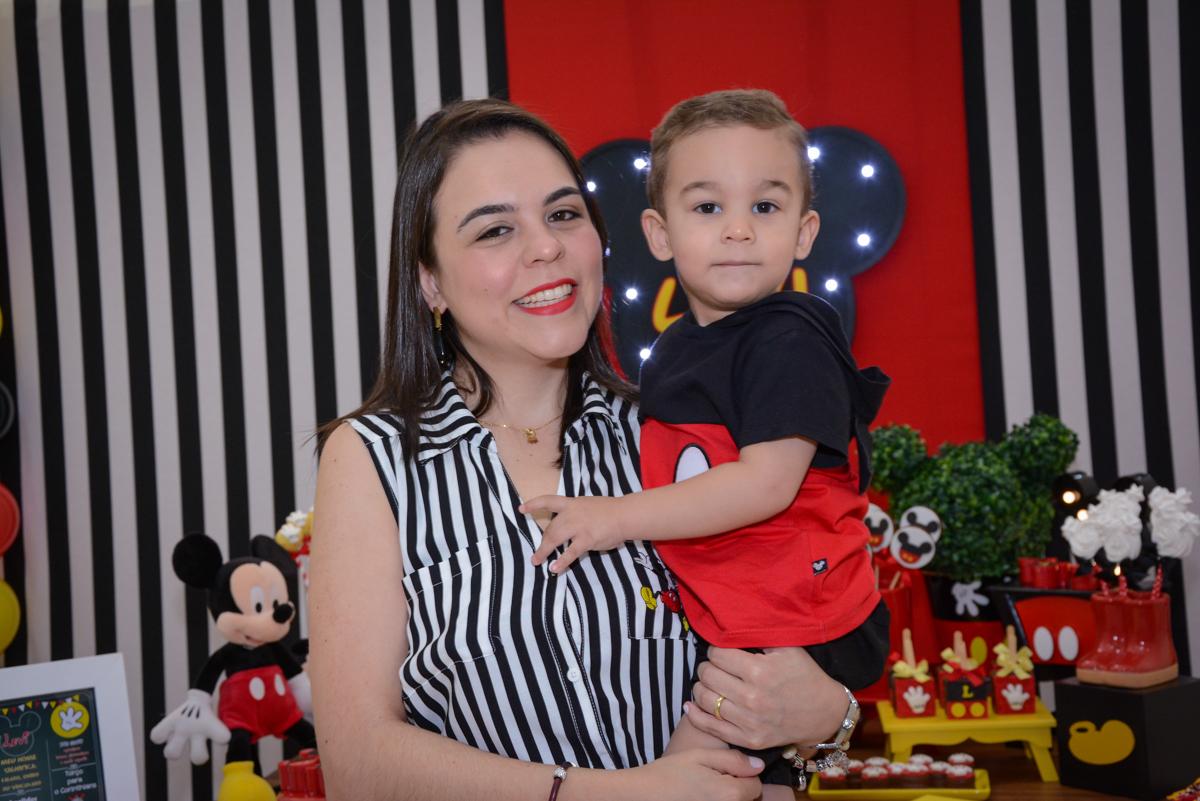 foto mãe e filho no Buffet Espaço Play, Osasco, São Paulo, aniversário Levi 2 anos, tema da festa Mickey