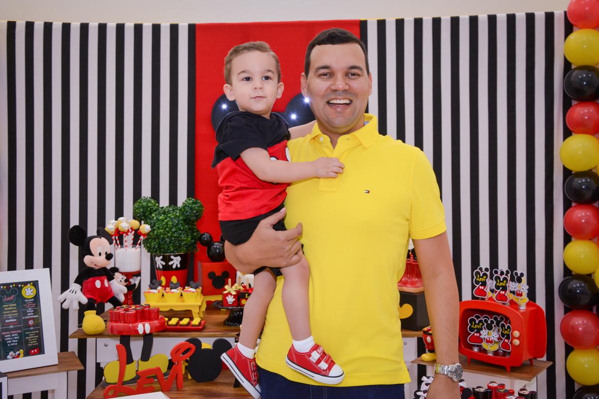 foto pai e filho no Buffet Espaço Play, Osasco, São Paulo, aniversário Levi 2 anos, tema da festa Mickey