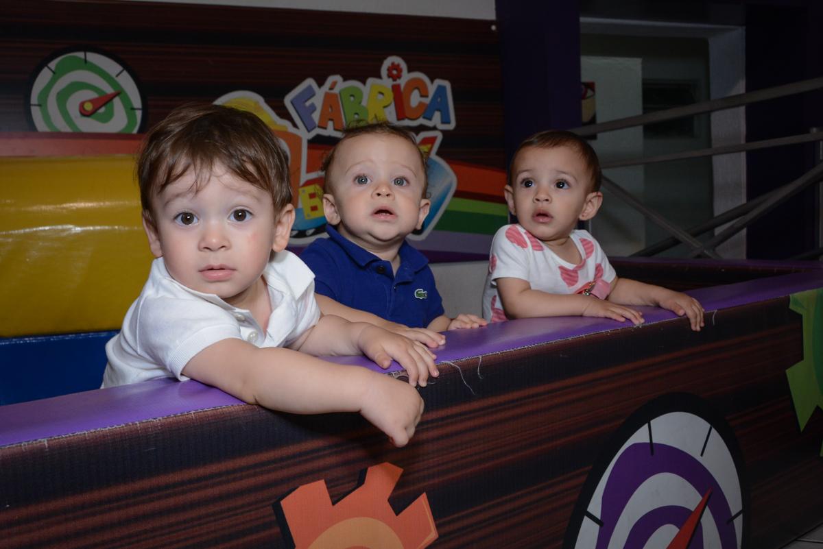 os amiguinhos brincam na área baby no Buffet Fábrica da Alegria, Osaco, São Paulo, aniversário de Kenji Sussumo, tema da festa urso realeza