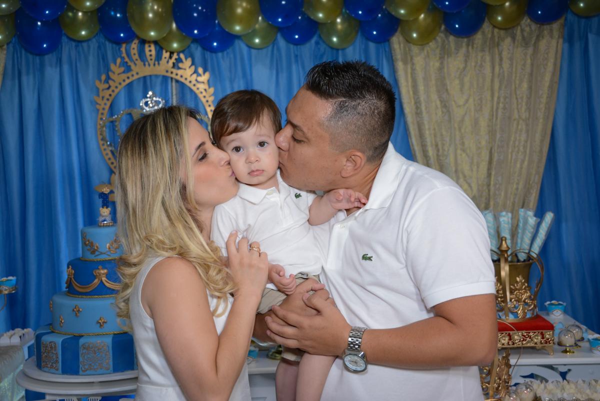 beijo dos pais no Buffet Fábrica da Alegria, Osaco, São Paulo, aniversário de Kenji Sussumo, tema da festa urso realeza