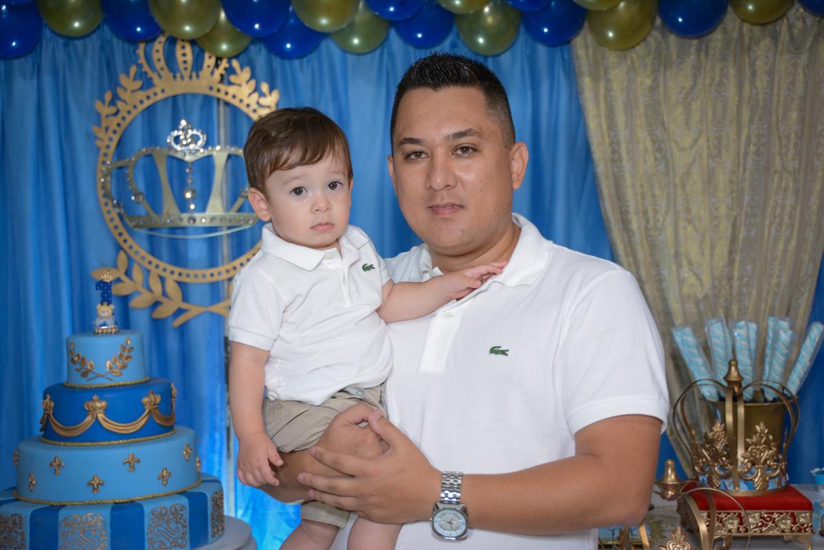 foto pai e filho no Buffet Fábrica da Alegria, Osaco, São Paulo, aniversário de Kenji Sussumo, tema da festa urso realeza