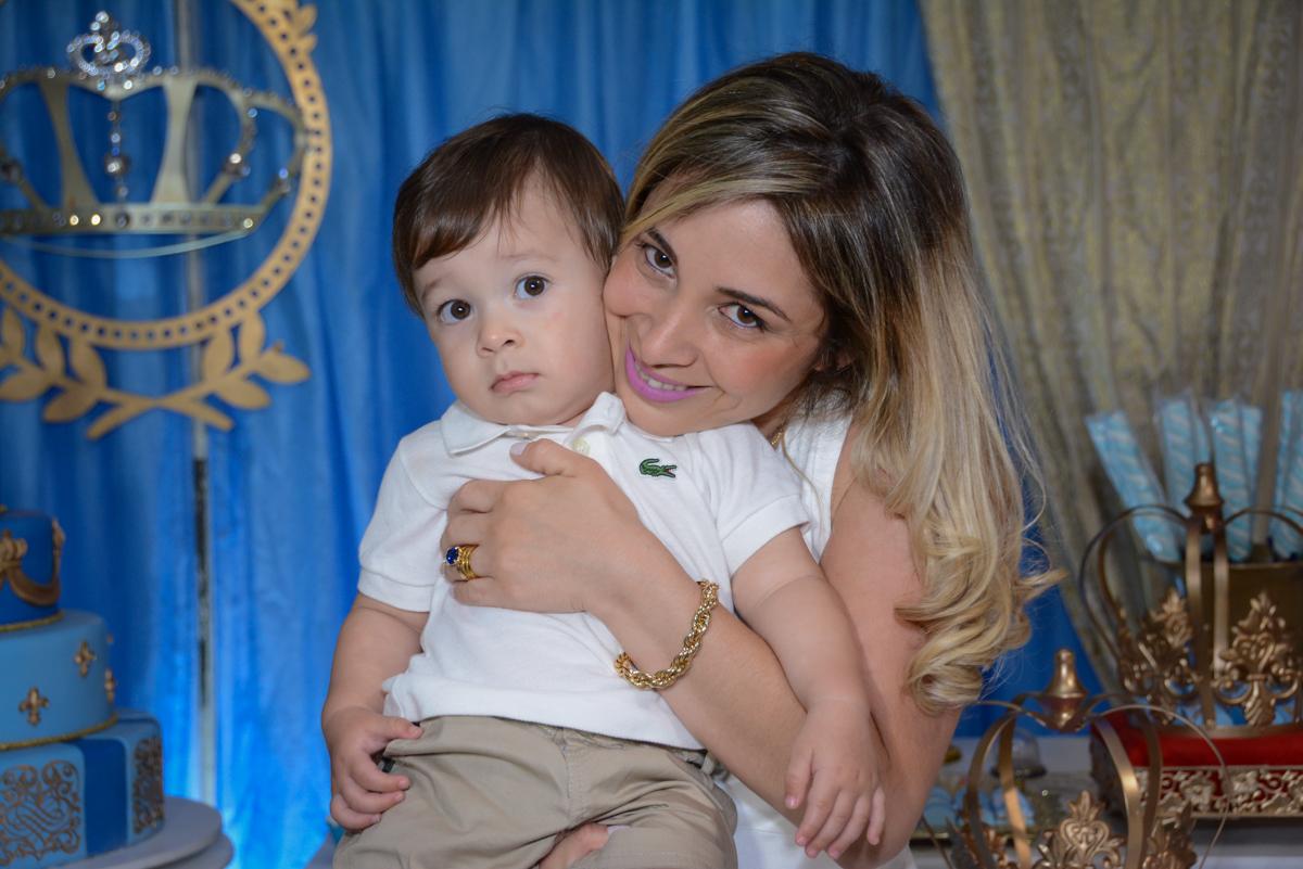 foto mãe e filho no Buffet Fábrica da Alegria, Osaco, São Paulo, aniversário de Kenji Sussumo, tema da festa urso realeza