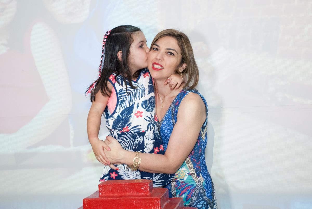 foto mãe e filha no Buffet Fábrica da Alegria, Morumbi, São Paulo, aniversario de Pedro Henrique, 7 anos tema da festa mini craft