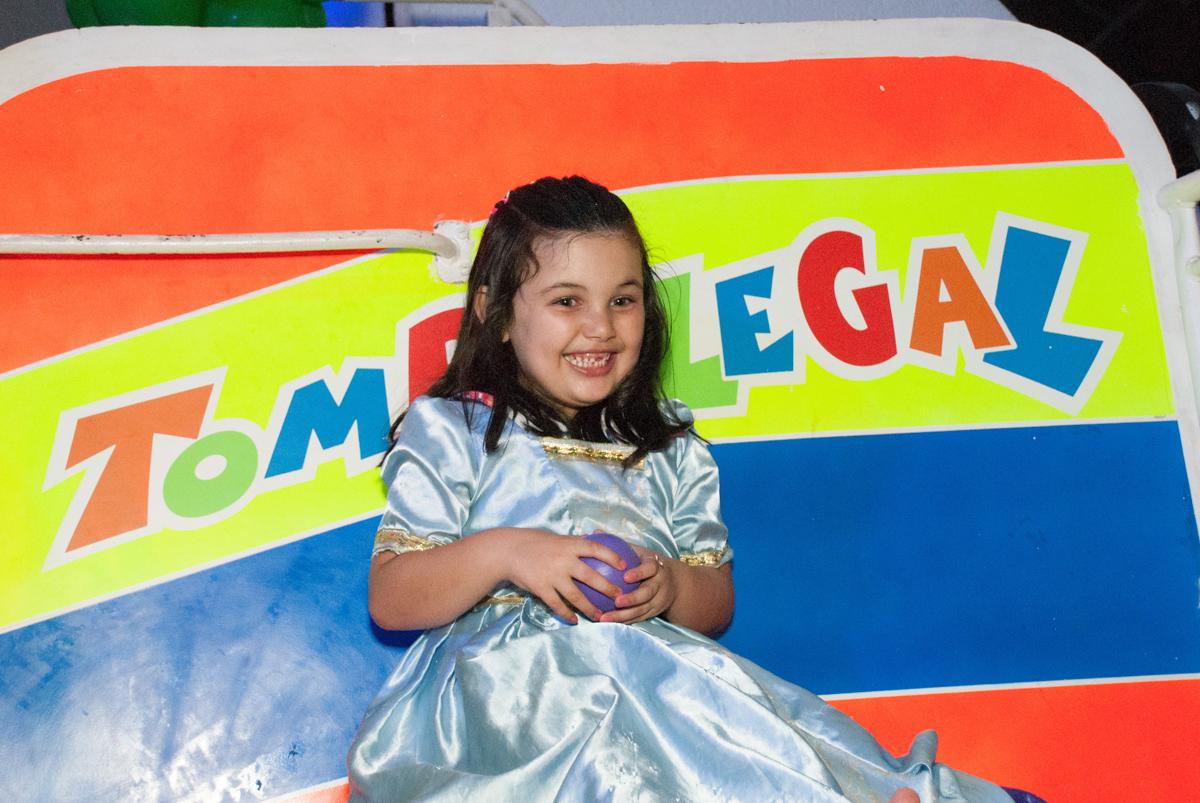 vestida de cinderela no Buffet Fábrica da Alegria, Morumbi, São Paulo, aniversario de Pedro Henrique, 7 anos tema da festa mini craft