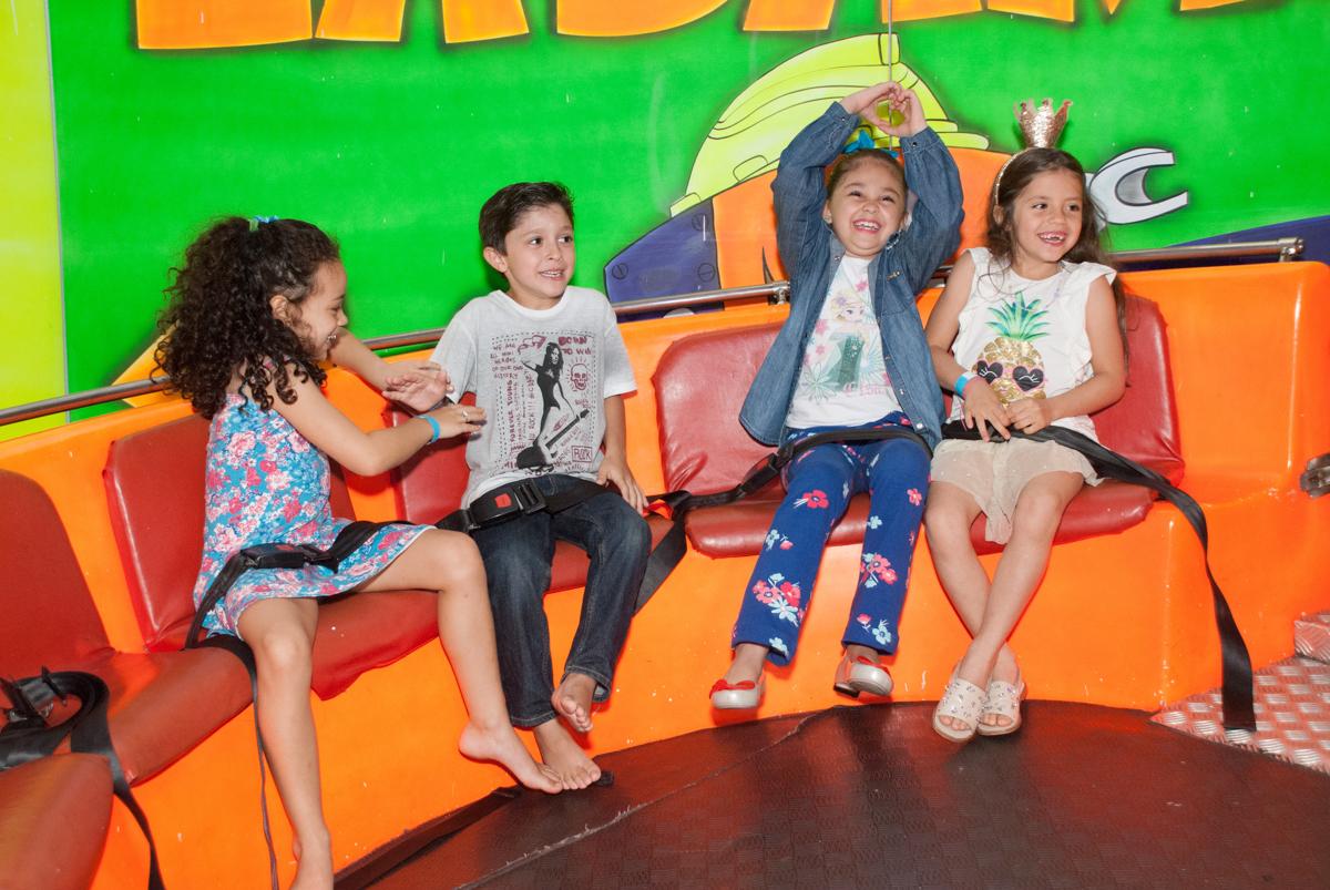 hora de curtir o labamba no Buffet Fábrica da Alegria, Morumbi, São Paulo, aniversario de Pedro Henrique, 7 anos tema da festa mini craft