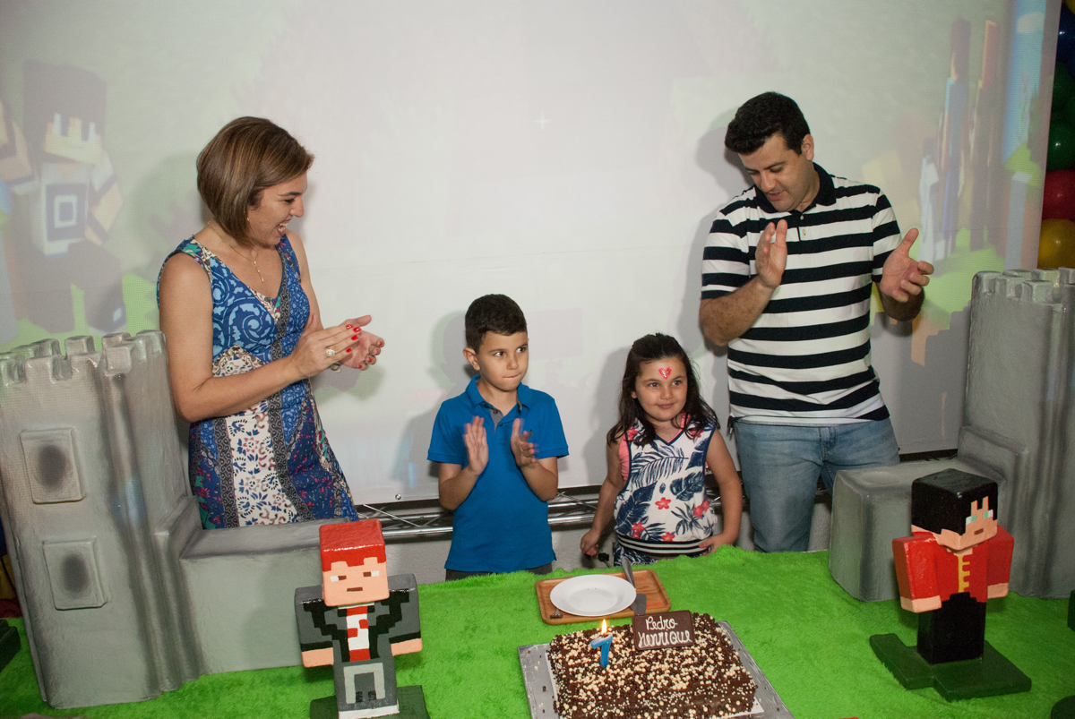 hora do parabéns no Buffet Fábrica da Alegria, Morumbi, São Paulo, aniversario de Pedro Henrique, 7 anos tema da festa mini craft