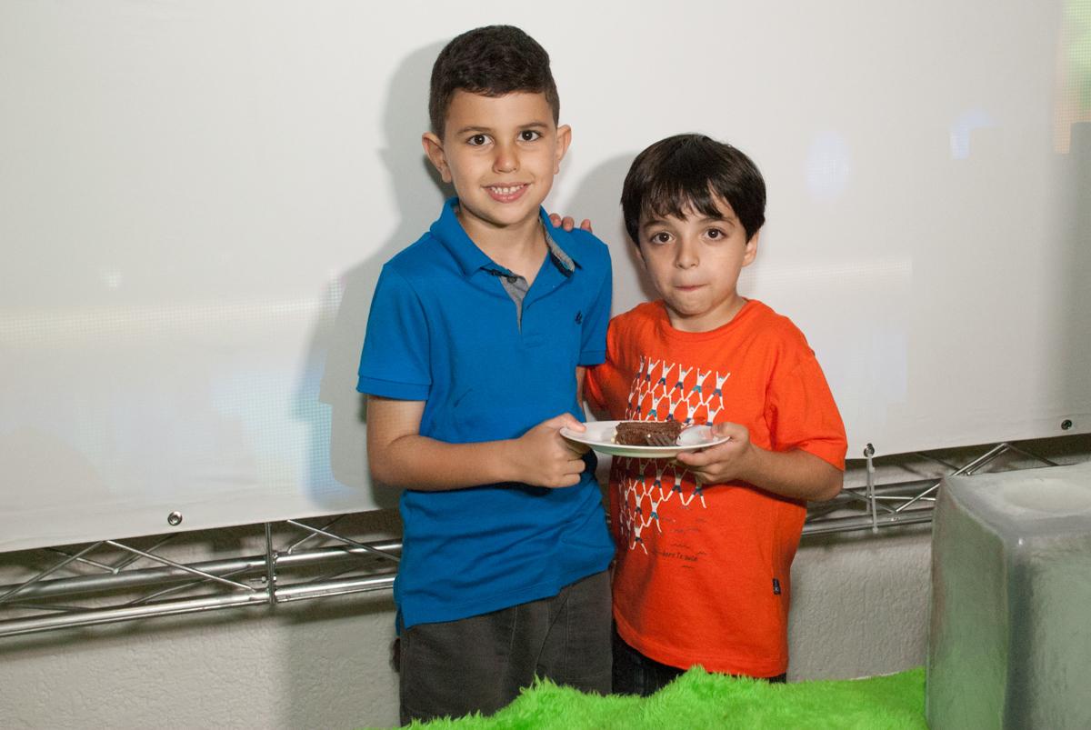 recebendo o primeiro pedaço de bolo no Buffet Fábrica da Alegria, Morumbi, São Paulo, aniversario de Pedro Henrique, 7 anos tema da festa mini craft