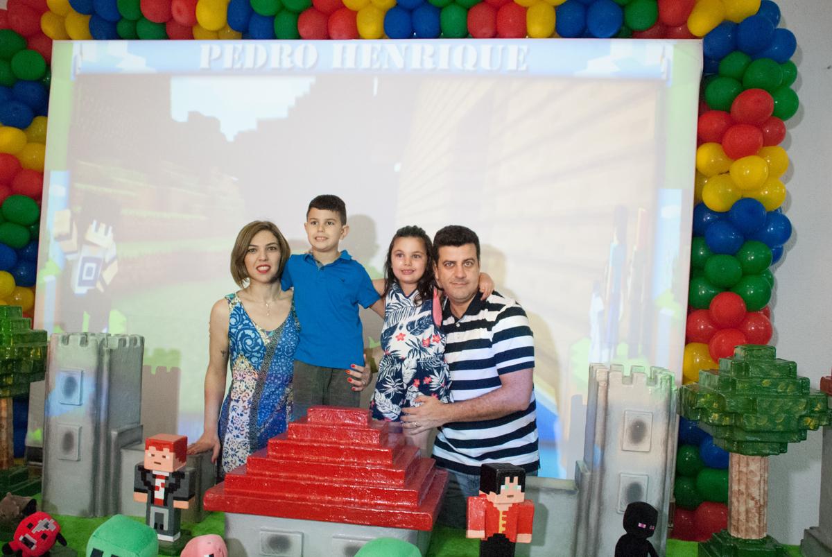 foto da família na mesa temática no Buffet Fábrica da Alegria, Morumbi, São Paulo, aniversario de Pedro Henrique, 7 anos tema da festa mini craft
