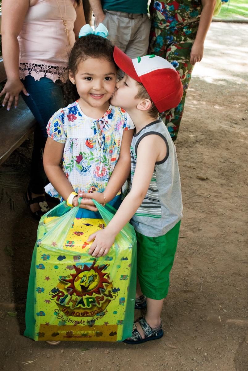 recebendo o presente do amigo no Buffet Pet Zoo, Cotia, São Paulo, aniversário de Maria Clara 4 anos, Buffet Pet Zoo, Cotia, São Paulo, tema da festa Dora a Aventureira