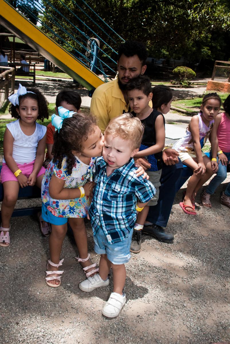 chegada do primo para sua festa no Buffet Pet Zoo, Cotia, São Paulo, aniversário de Maria Clara 4 anos, Buffet Pet Zoo, Cotia, São Paulo, tema da festa Dora a Aventureira