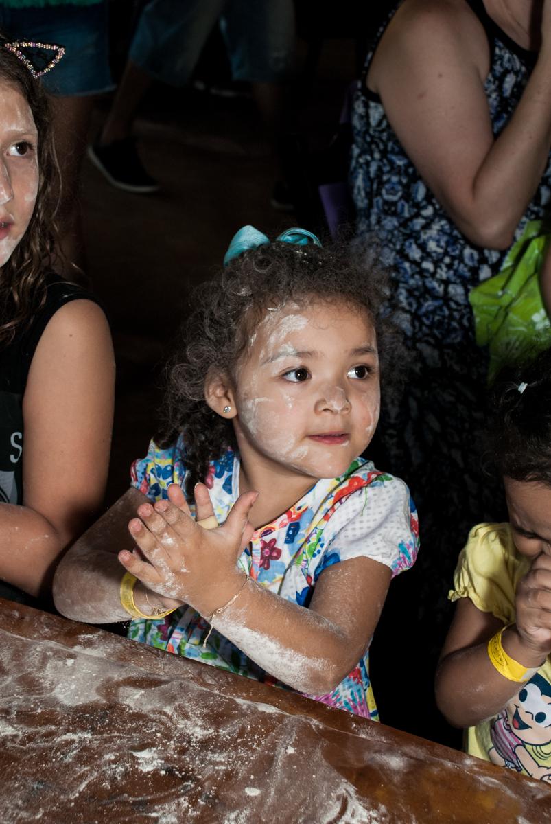 hora de amassar o pão no Buffet Pet Zoo, Cotia, São Paulo, aniversário de Maria Clara 4 anos, Buffet Pet Zoo, Cotia, São Paulo, tema da festa Dora a Aventureira