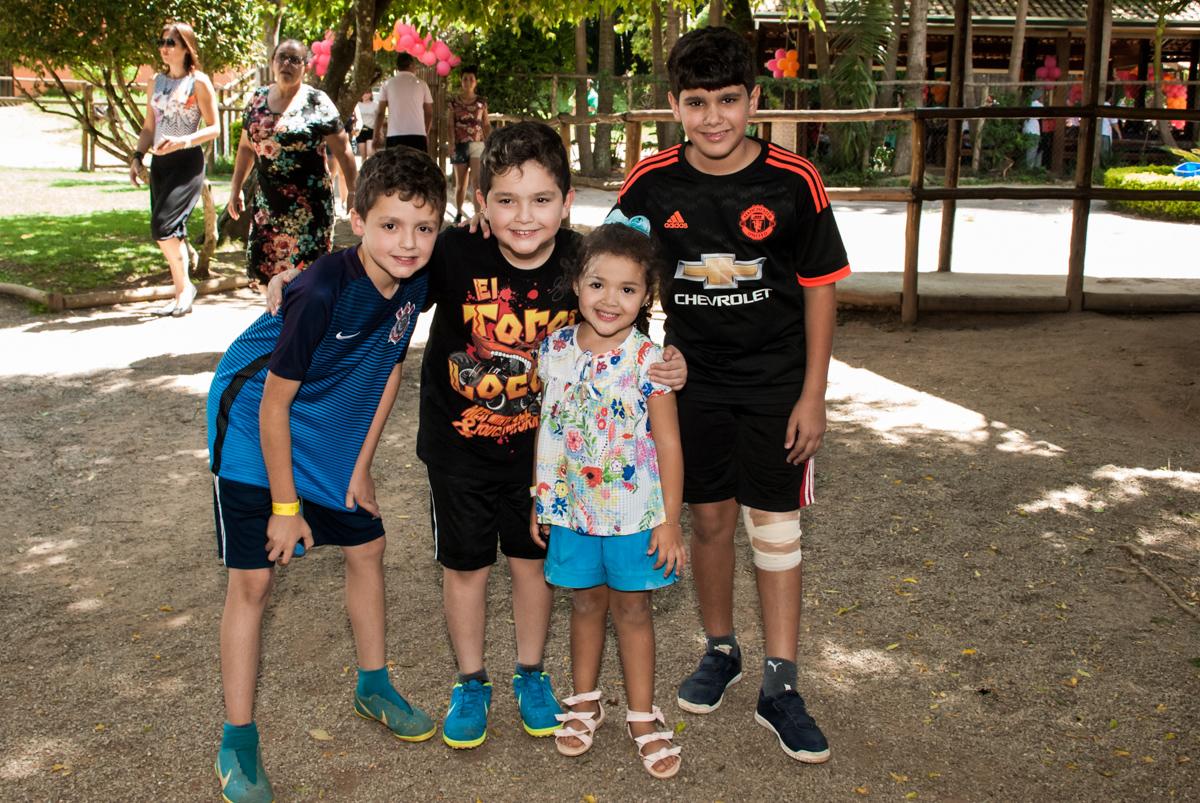 chegada dos amigos no Buffet Pet Zoo, Cotia, São Paulo, aniversário de Maria Clara 4 anos, Buffet Pet Zoo, Cotia, São Paulo, tema da festa Dora a Aventureira