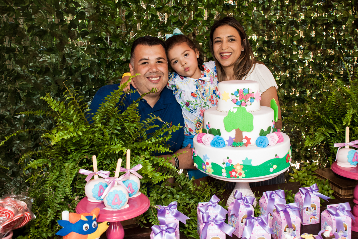famîlia na mesa temática no Buffet Pet Zoo, Cotia, São Paulo, aniversário de Maria Clara 4 anos, Buffet Pet Zoo, Cotia, São Paulo, tema da festa Dora a Aventureira