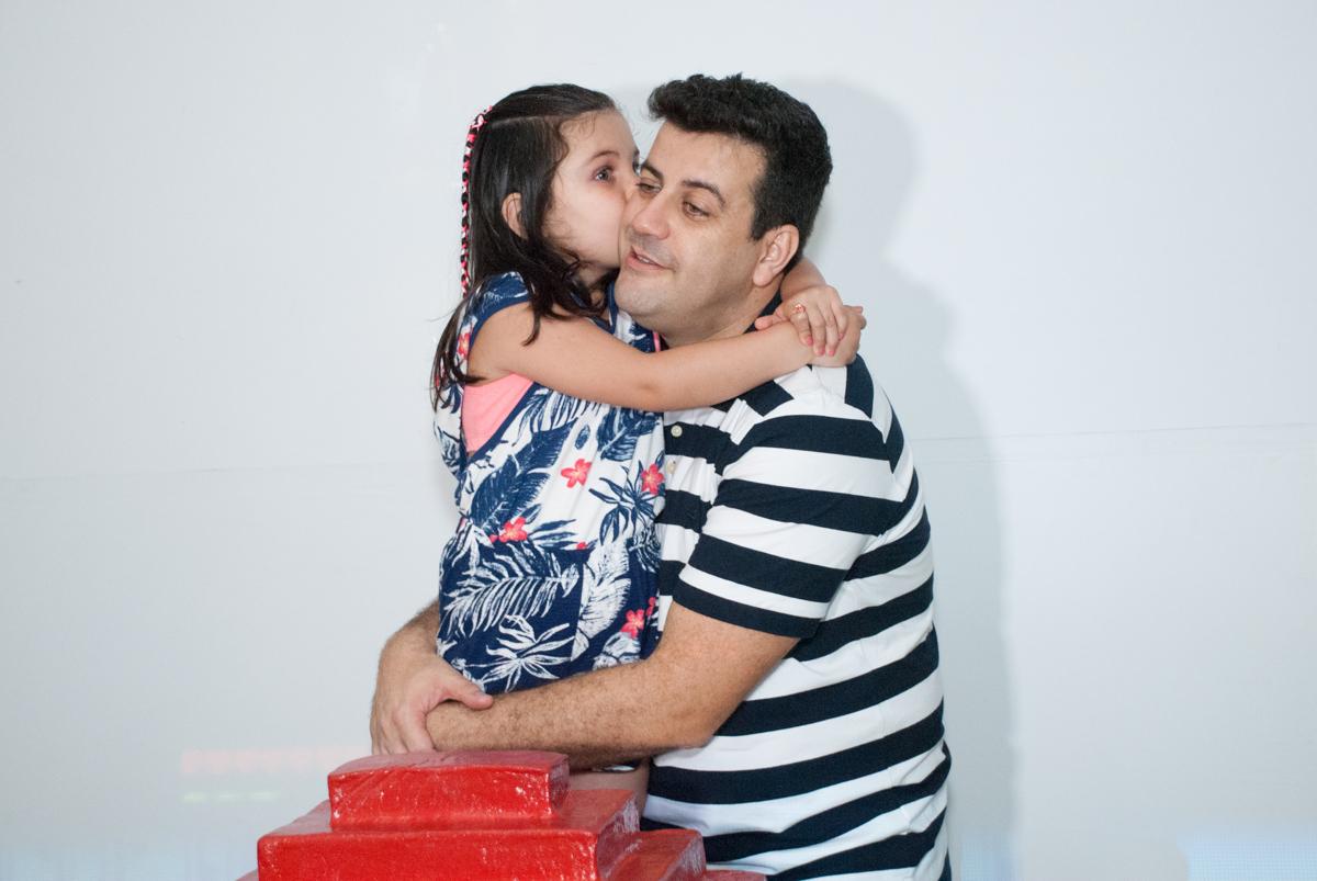 ganhando beijinho no Buffet Fábrica da Alegria, Morumbi, São Paulo, aniversario de Pedro Henrique 7 anos, tema da festa mini craft