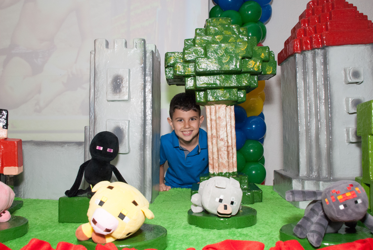 posando para a foto no Buffet Fábrica da Alegria, Morumbi, São Paulo, aniversario de Pedro Henrique 7 anos, tema da festa mini craft