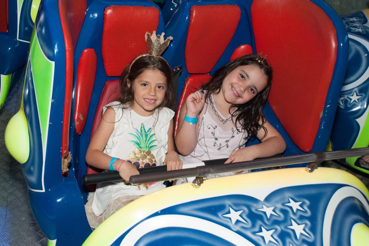 diversão no brinquedo jornada nas estrelas no Buffet Fábrica da Alegria, Morumbi, São Paulo, aniversario de Pedro Henrique 7 anos, tema da festa mini craft