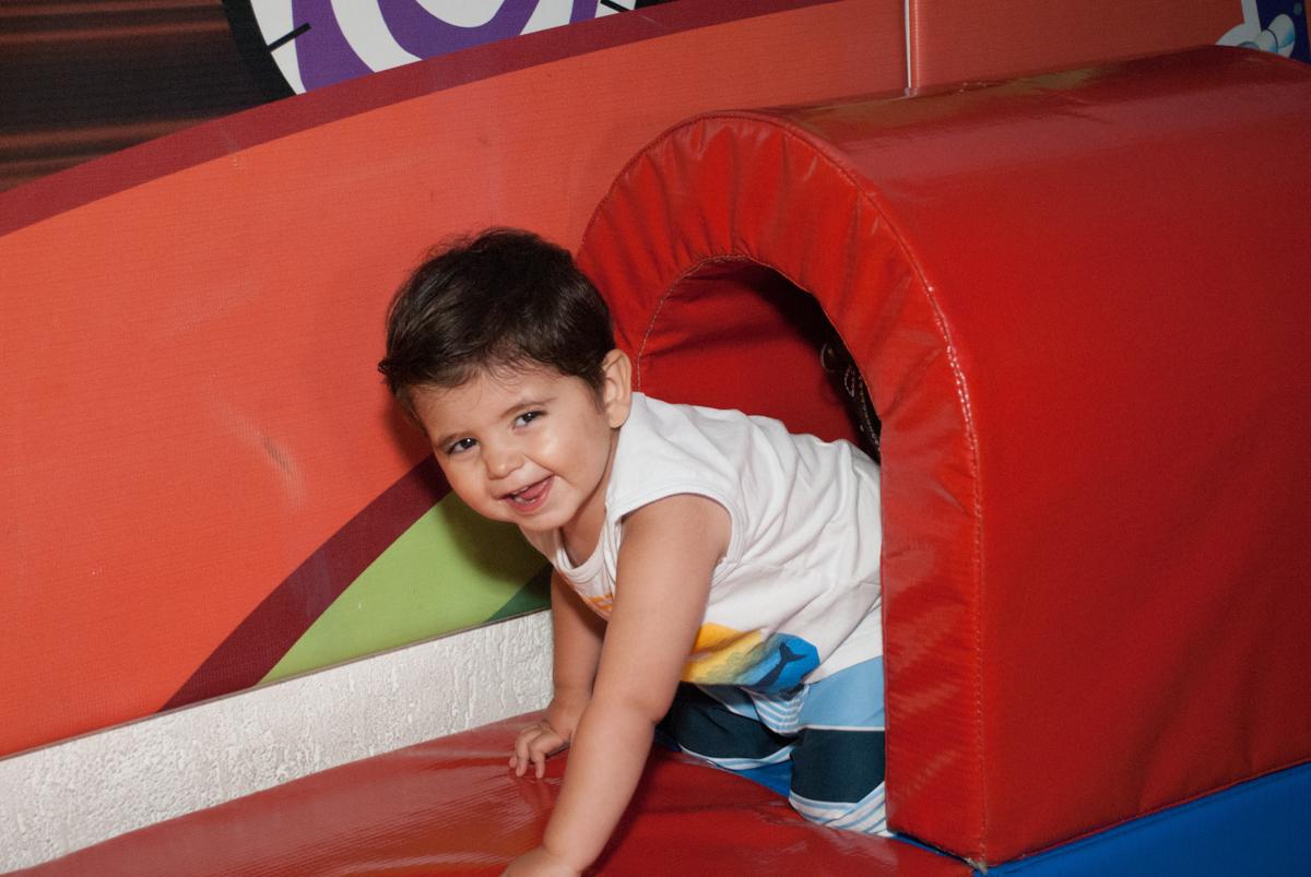 saindo do tunel no Buffet Fábrica da Alegria, Morumbi, São Paulo, aniversario de Pedro Henrique 7 anos, tema da festa mini craft
