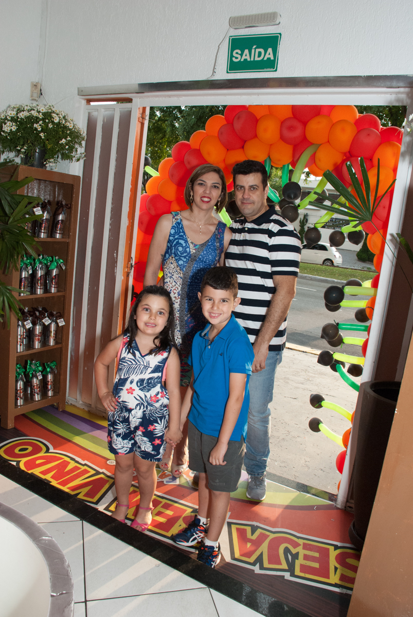 entrada da família para festa no Buffet Fábrica da Alegria, Morumbi, São Paulo, aniversario de Pedro Henrique 7 anos, tema da festa mini craft