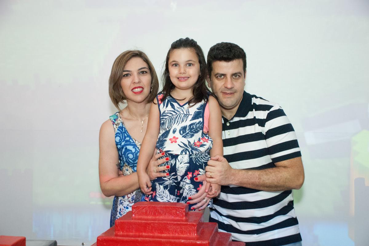irmã do aniversariante com os pais no Buffet Fábrica da Alegria, Morumbi, São Paulo, aniversario de Pedro Henrique 7 anos, tema da festa mini craft