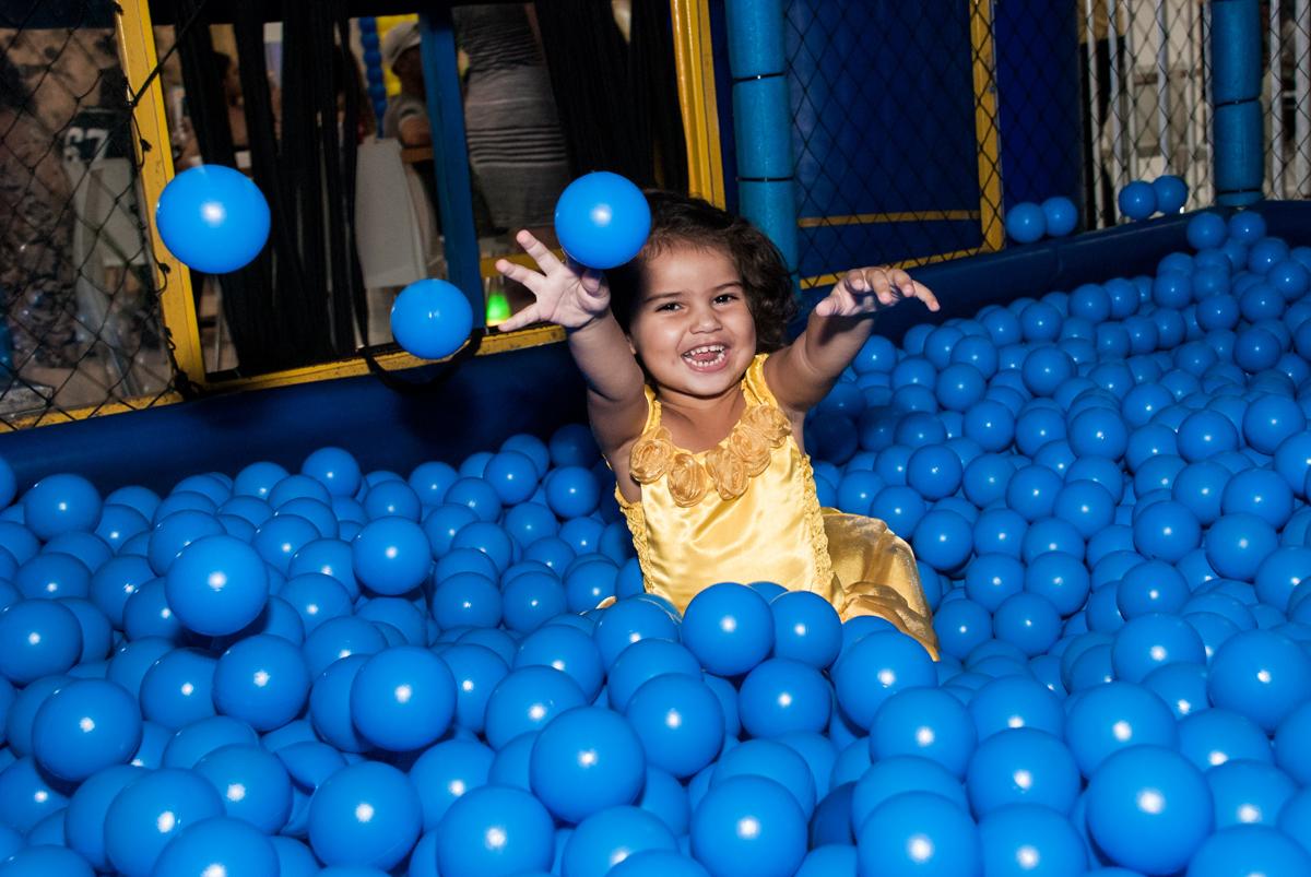 jogando bolinhas para cima no papai chega com a aniversariante para a festa no Buffet Comics, Morumbi, São Paulo, aniversário Isabella 3 anos, tema da festa a Bela  e a Fera