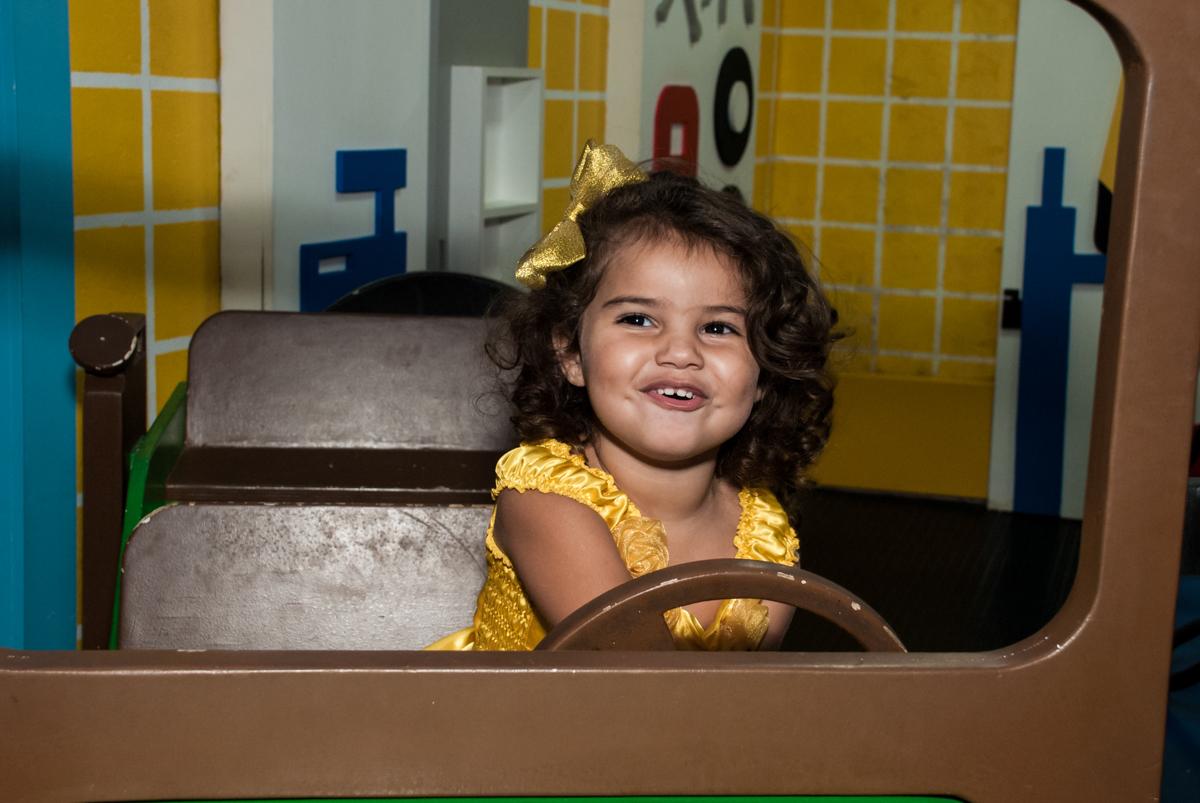 dirigindo o carrinho no papai chega com a aniversariante para a festa no Buffet Comics, Morumbi, São Paulo, aniversário Isabella 3 anos, tema da festa a Bela  e a Fera