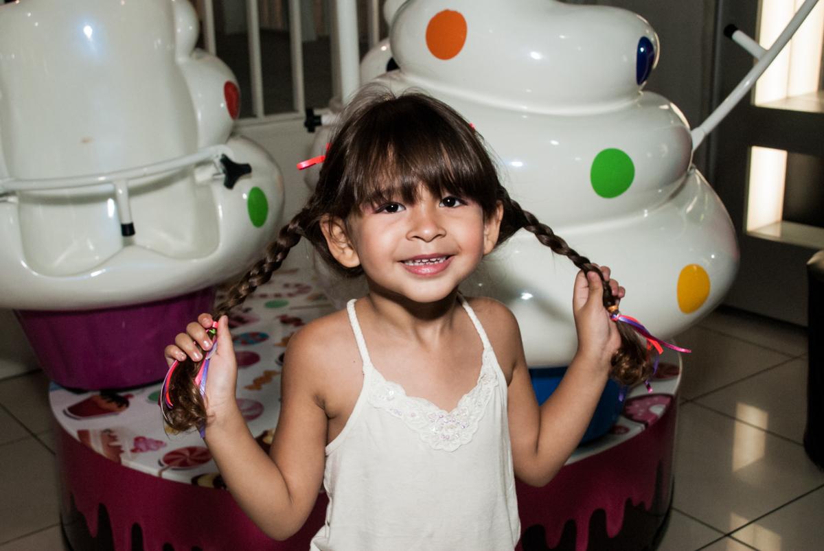menina de trança curte a festa no papai chega com a aniversariante para a festa no Buffet Comics, Morumbi, São Paulo, aniversário Isabella 3 anos, tema da festa a Bela  e a Fera