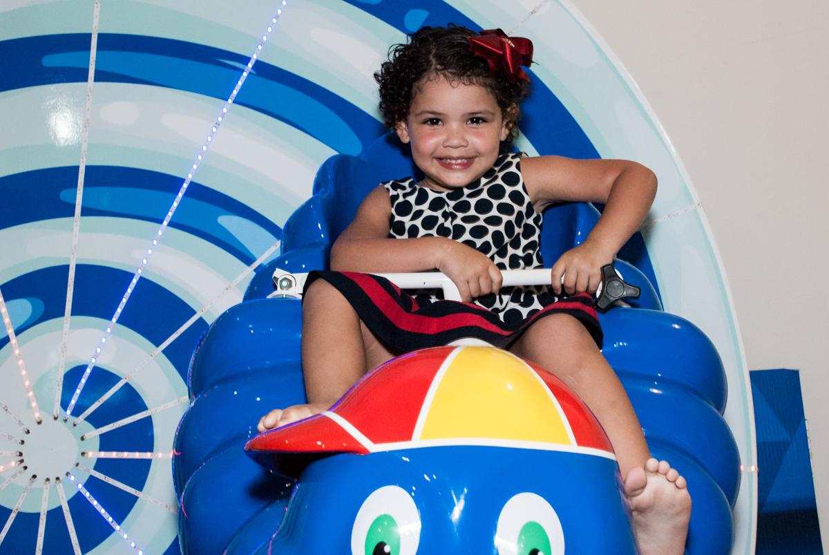 carrossel divertido no papai chega com a aniversariante para a festa no Buffet Comics, Morumbi, São Paulo, aniversário Isabella 3 anos, tema da festa a Bela  e a Fera