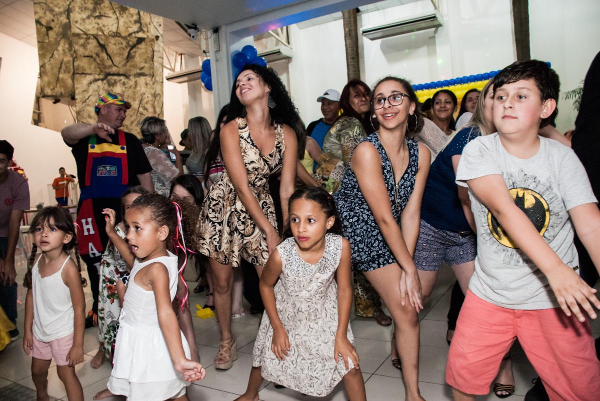 os adultos também se diverte com o show no papai chega com a aniversariante para a festa no Buffet Comics, Morumbi, São Paulo, aniversário Isabella 3 anos, tema da festa a Bela  e a Fera