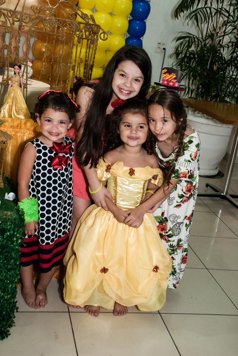 as amigas posam com as fotos no papai chega com a aniversariante para a festa no Buffet Comics, Morumbi, São Paulo, aniversário Isabella 3 anos, tema da festa a Bela  e a Fera