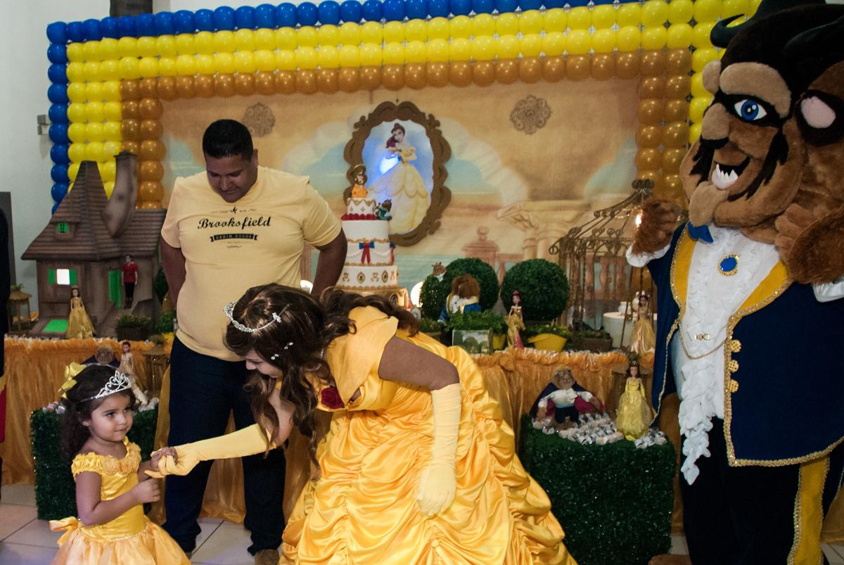 os personagens bela e a fera se preparam para o show no papai chega com a aniversariante para a festa no Buffet Comics, Morumbi, São Paulo, aniversário Isabella 3 anos, tema da festa a Bela  e a Fera