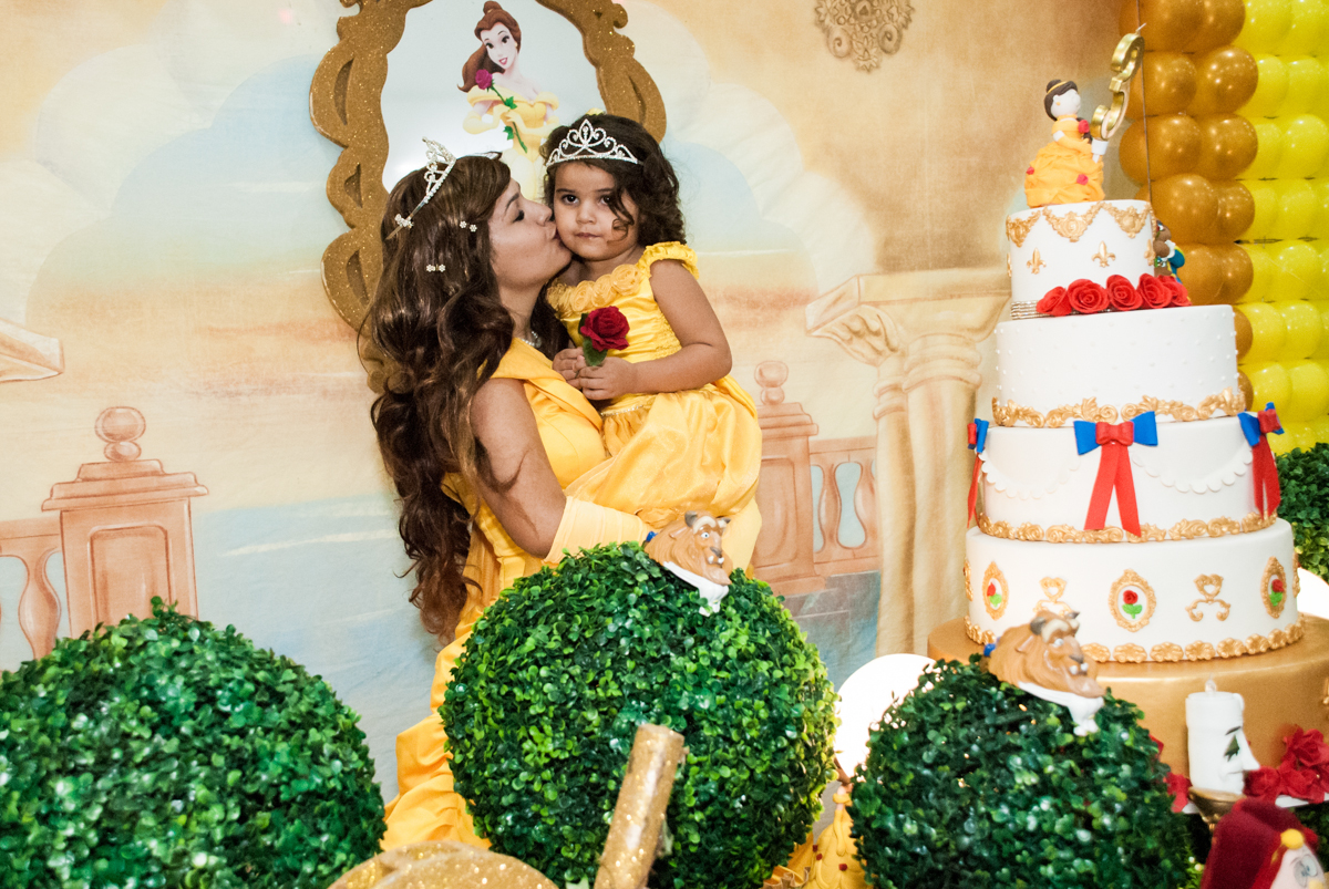 aniversariante recebe o carinho da bela no papai chega com a aniversariante para a festa no Buffet Comics, Morumbi, São Paulo, aniversário Isabella 3 anos, tema da festa a Bela  e a Fera